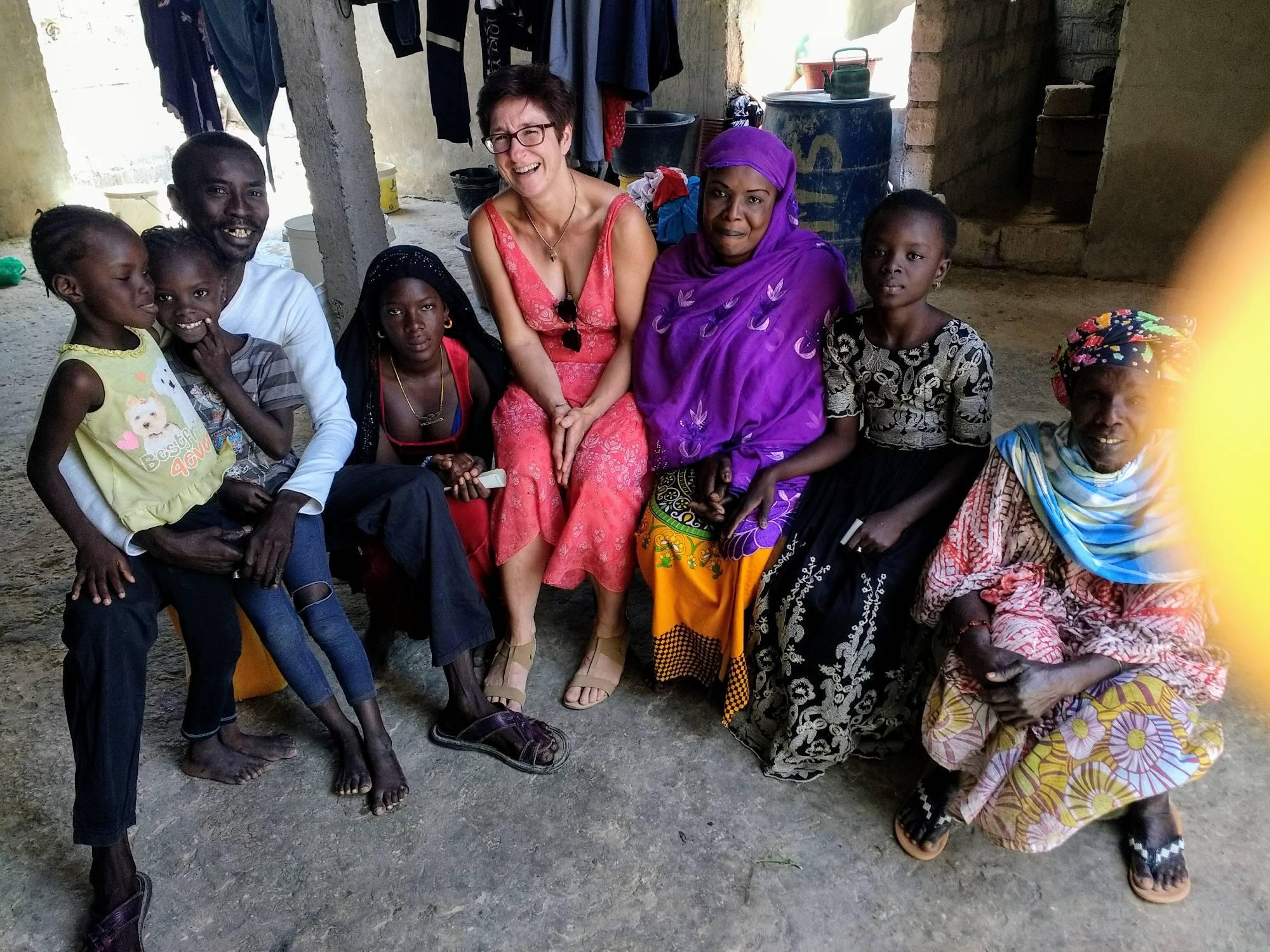 Binta (mit Kopftuch), Fatou Mery im dunklen Kleid rechts neben ihrer Mama