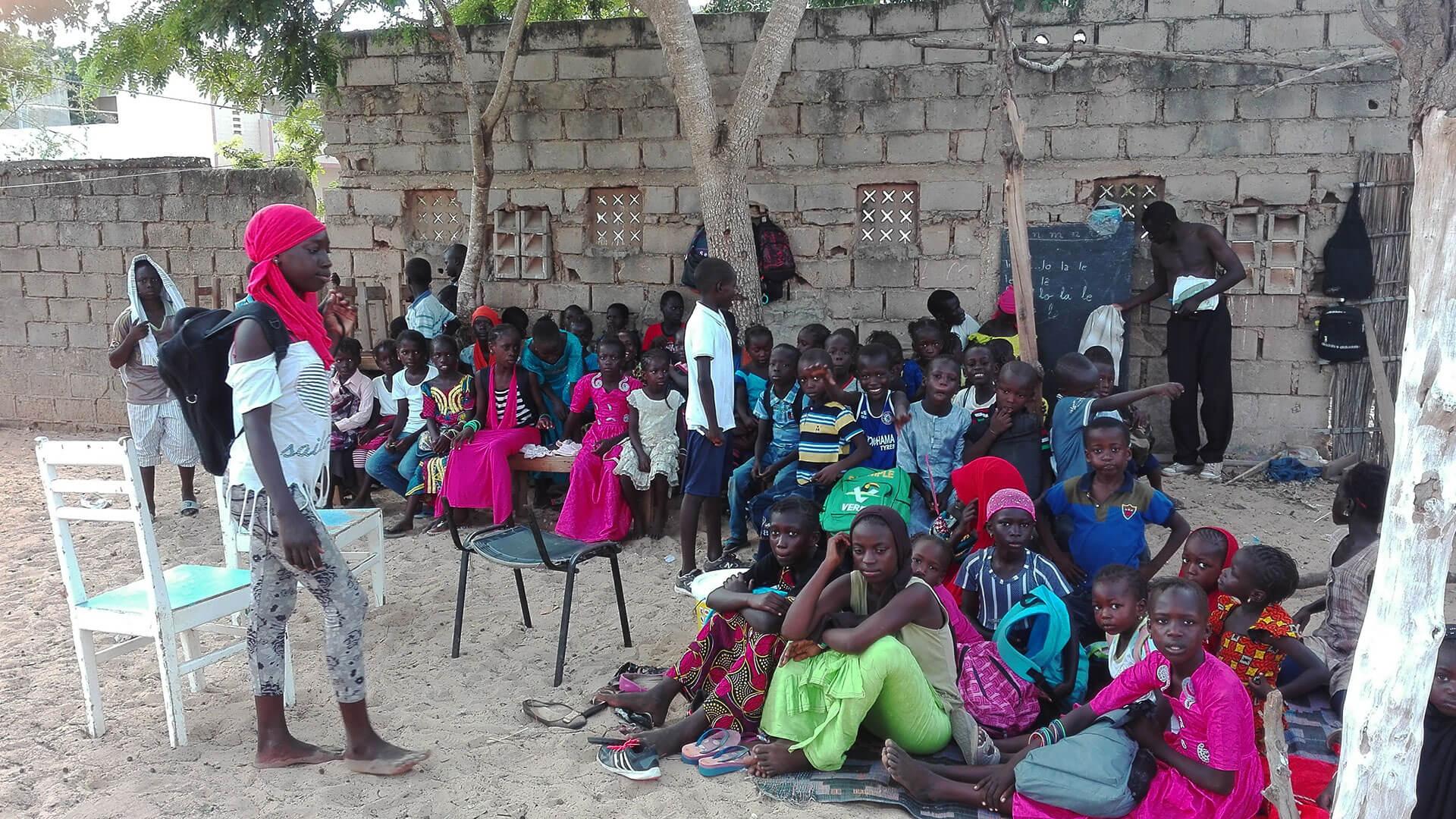 Alle warten auf die Gesangsstunde mit Grégoire / Tous attendent la classe de chant avec Grégoire