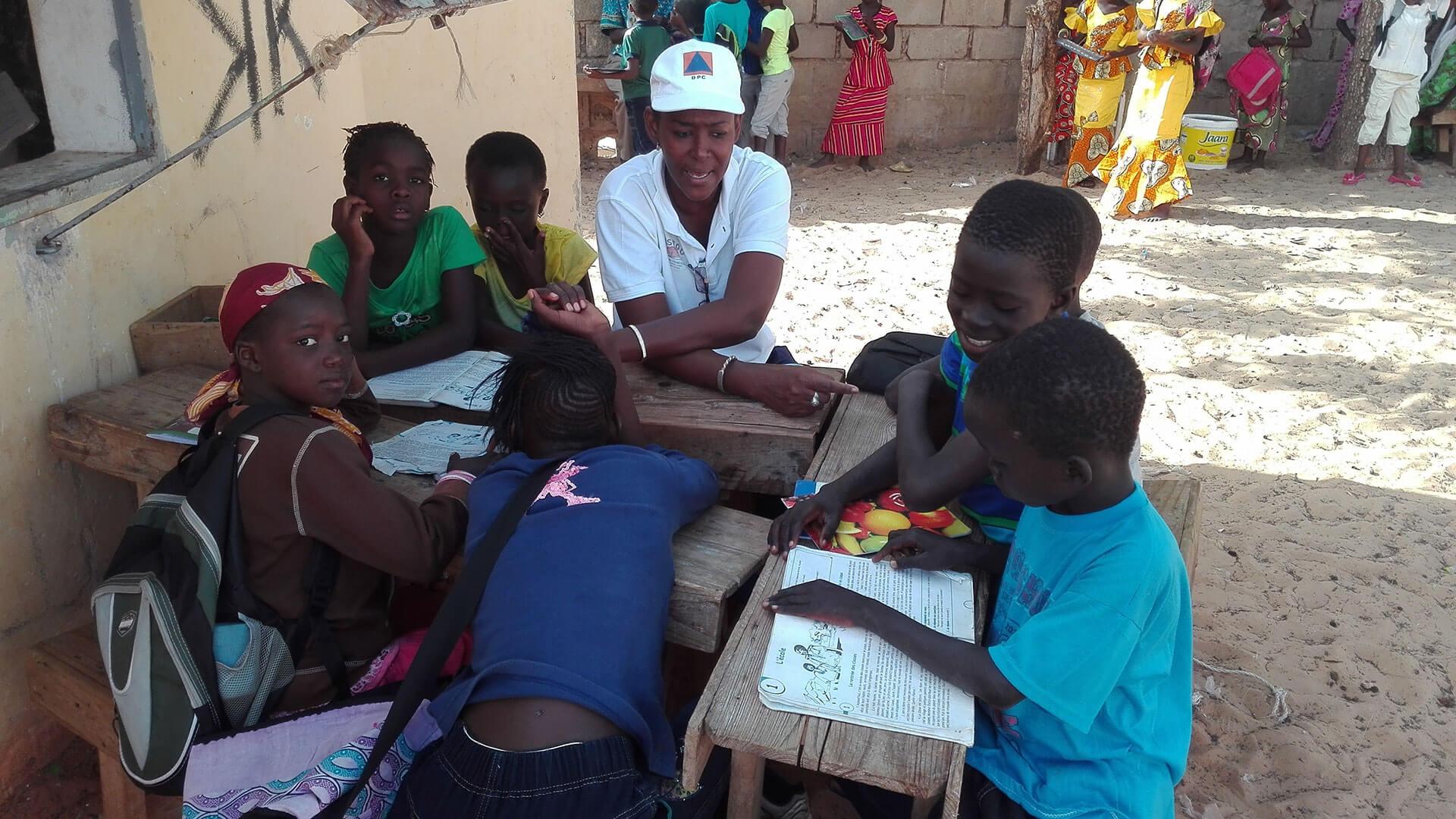Französisch-Unterricht in der Straßenkinderschule mit Aissatou/Classe de francais dans l'école de la rue avec Aissatou