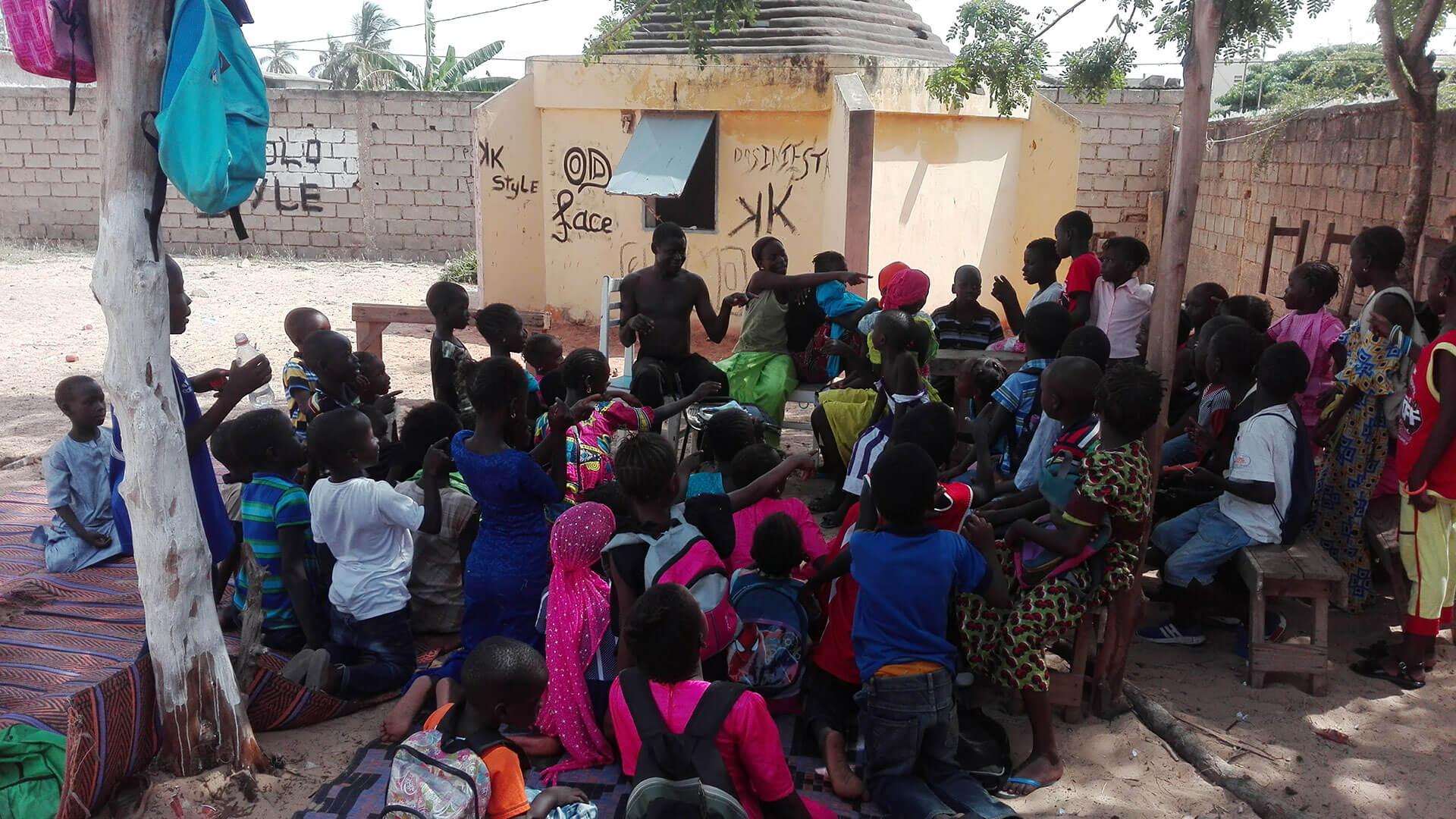 Alain arbeitet mit den Kindern/Alain travaille avec les enfants